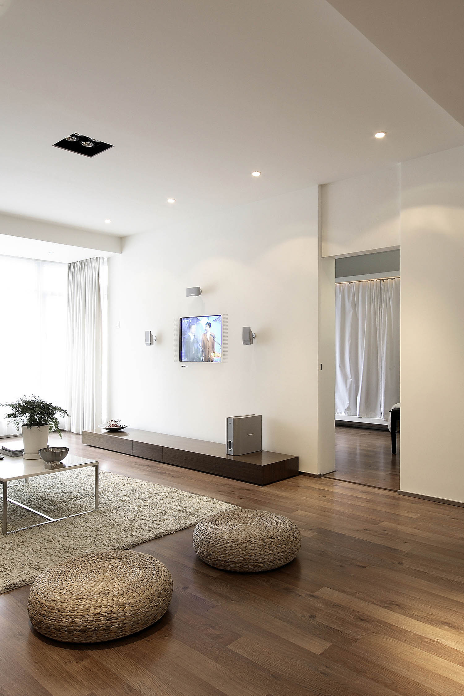 现代简约三居装修客厅地板图片