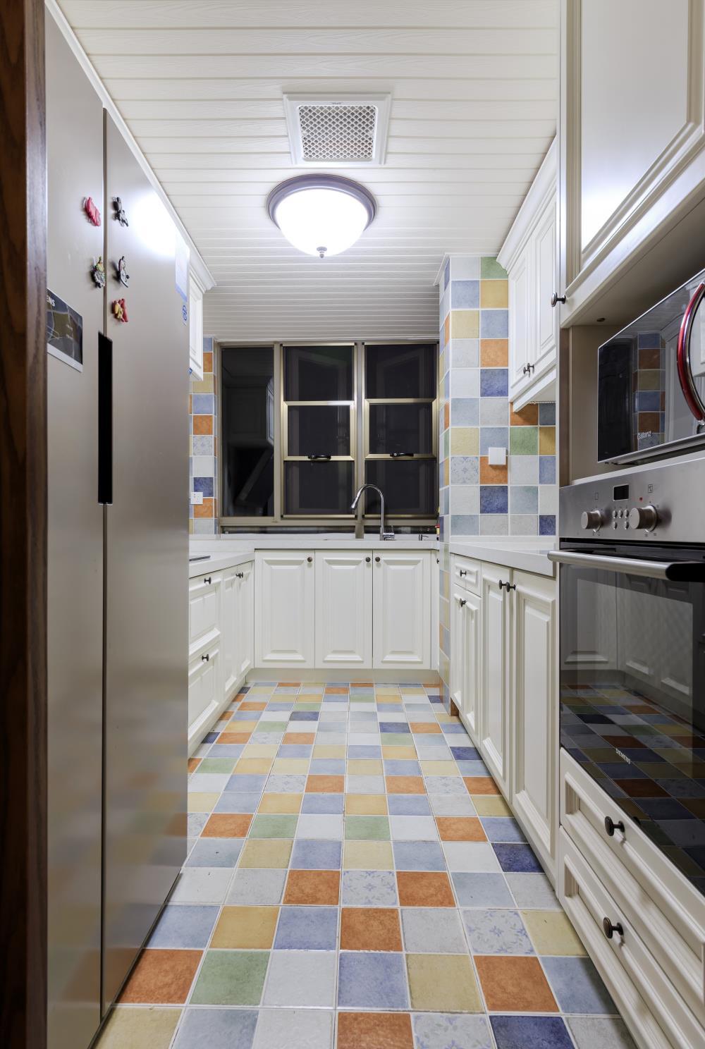 130平美式风格三居装修厨房搭配图