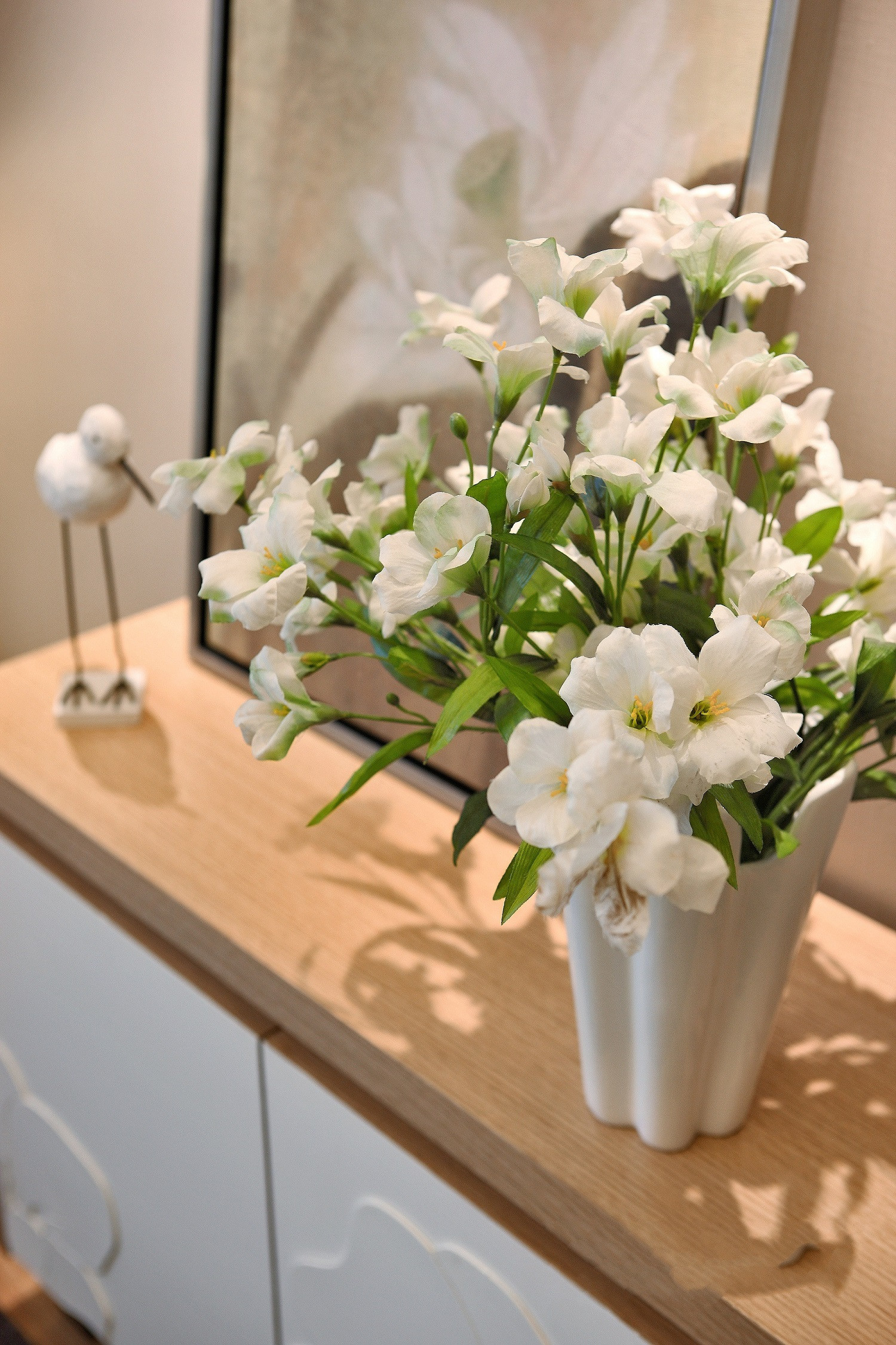 70平现代简约家鲜花装饰图片