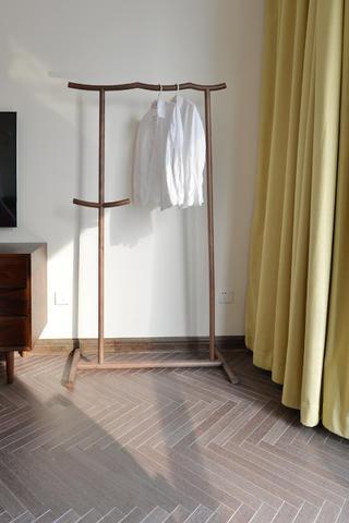 148平简约风格三居装修挂衣架图片