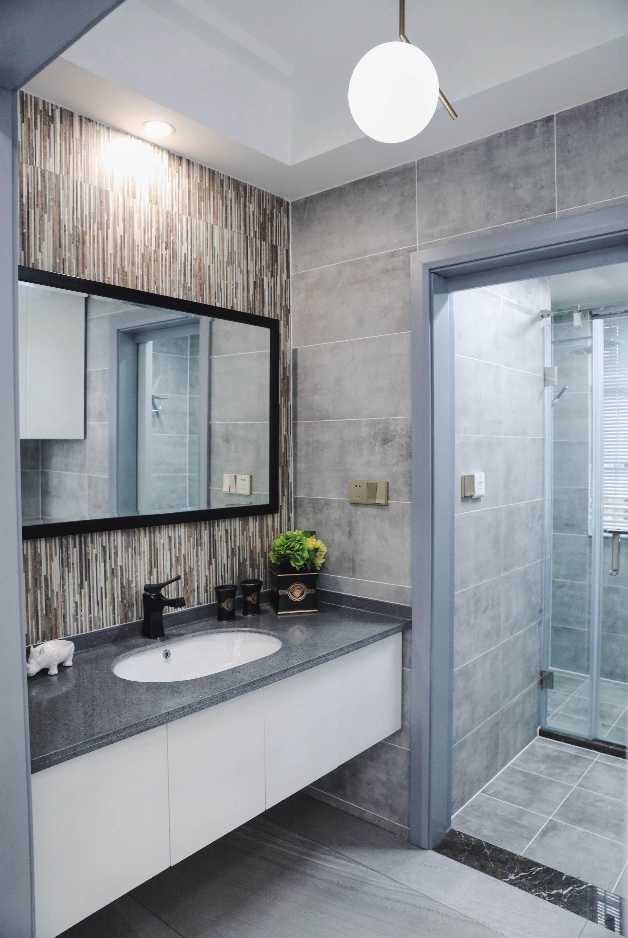100平现代简约设计卫生间图片