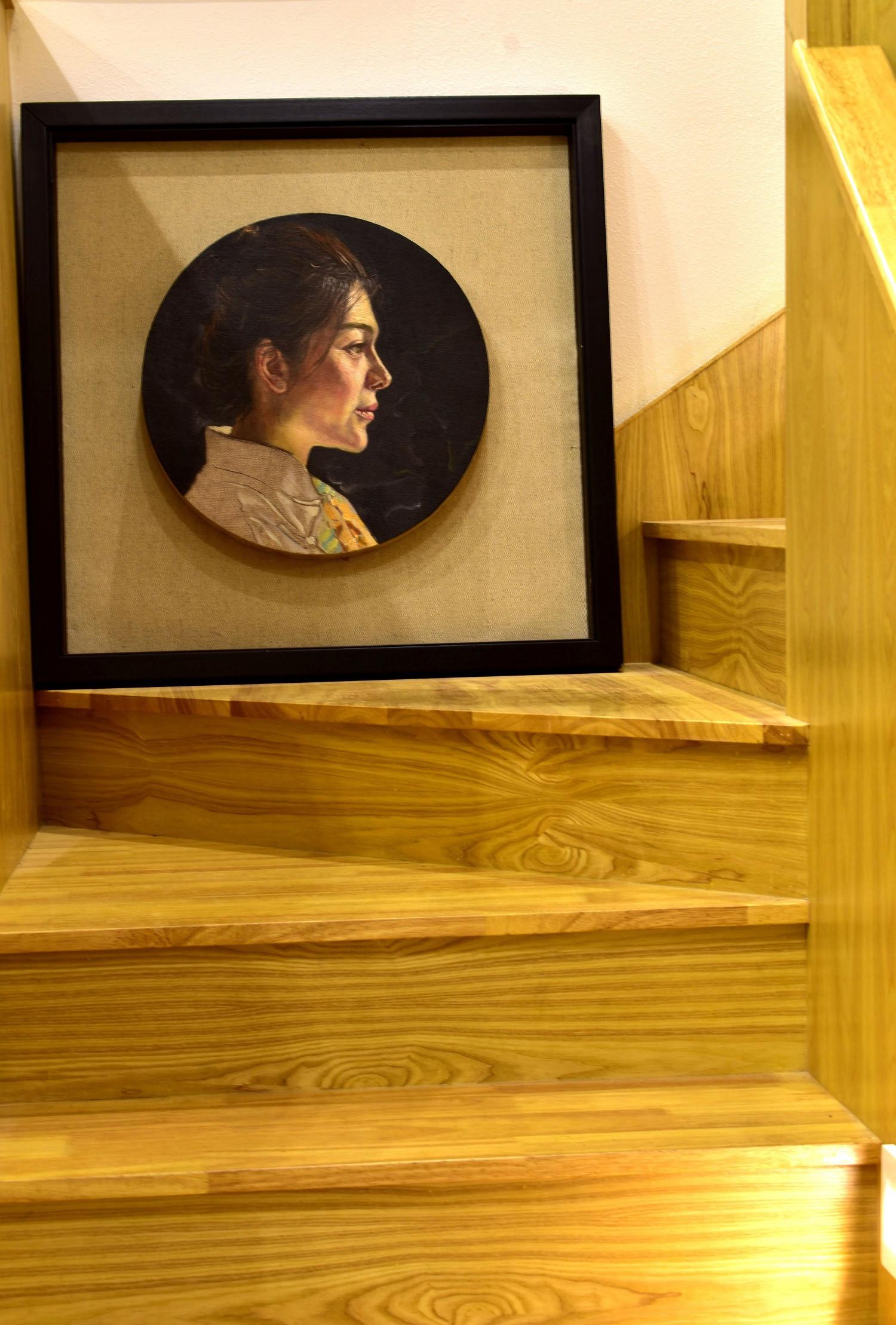 60平Loft风格装修楼梯拐角装饰画