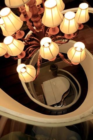 欧式别墅装修楼梯吊灯图片