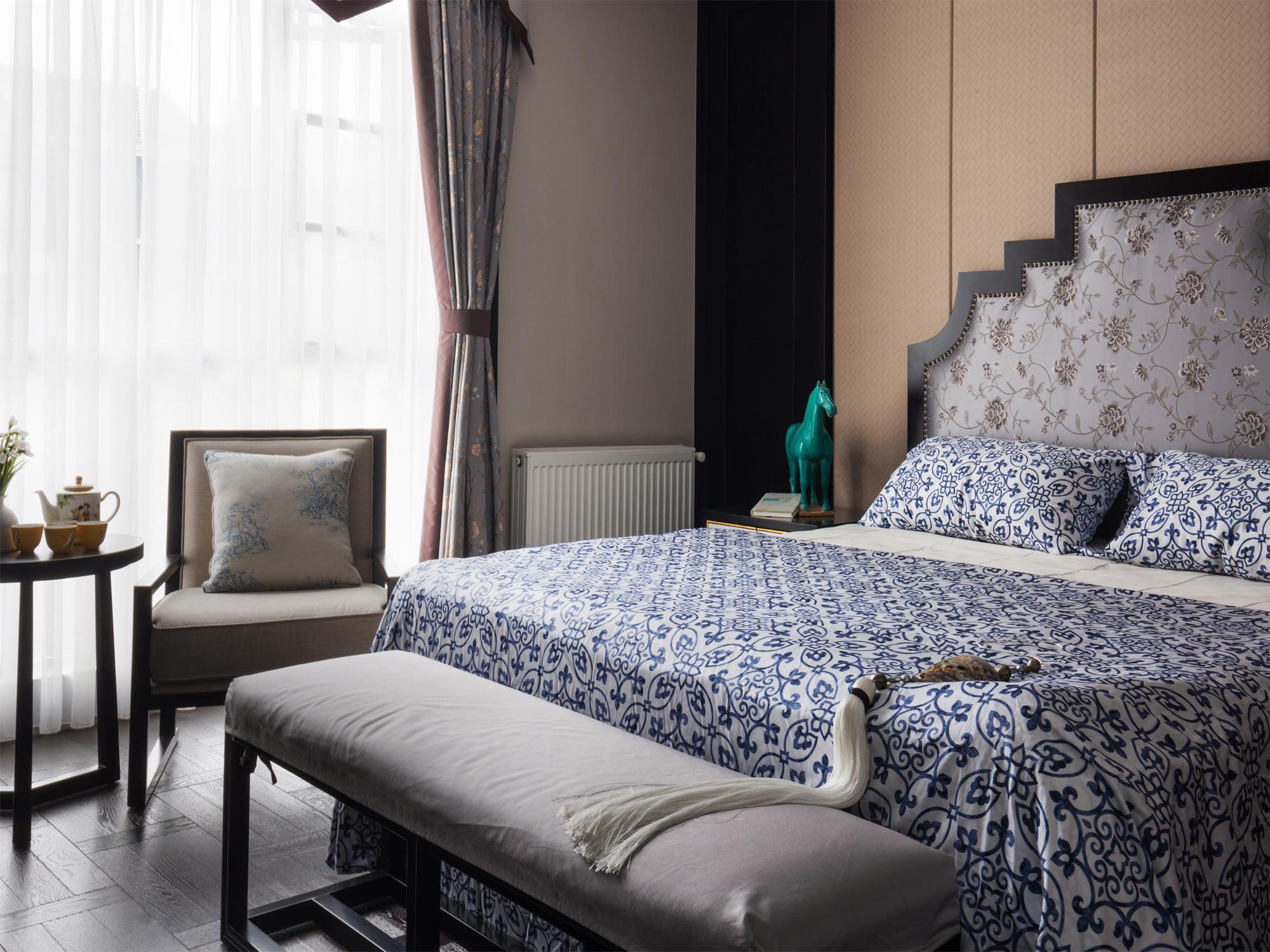 中式别墅装修床尾凳图片