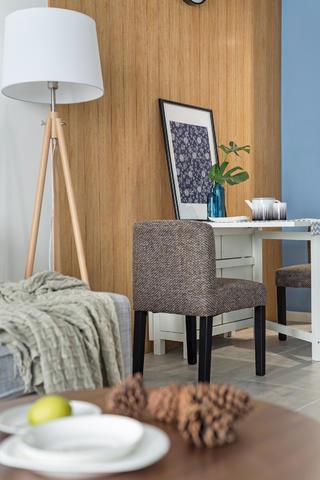 现代简约二居装修餐椅图片
