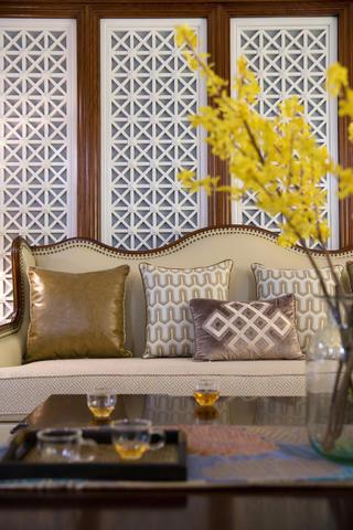 美式三居装修沙发背景墙设计图