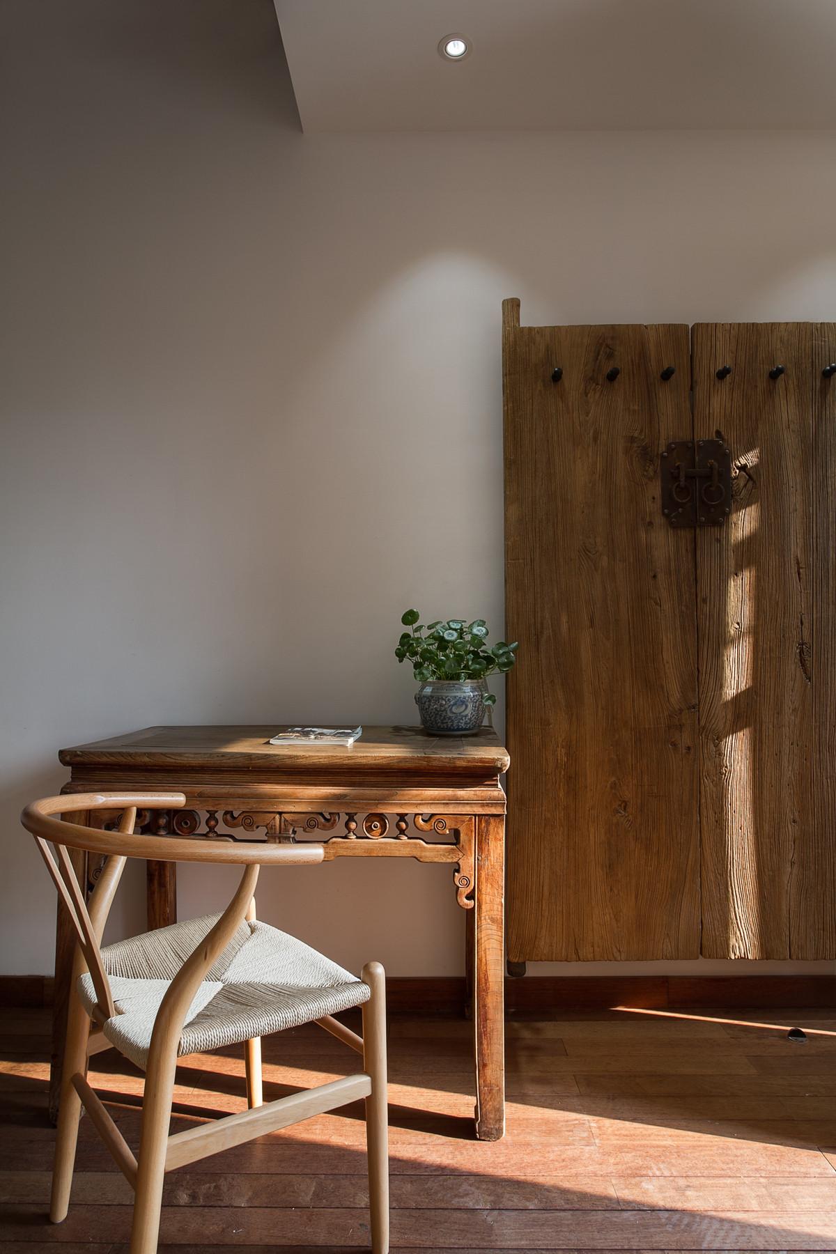 复古民宿装修木门桌椅图片