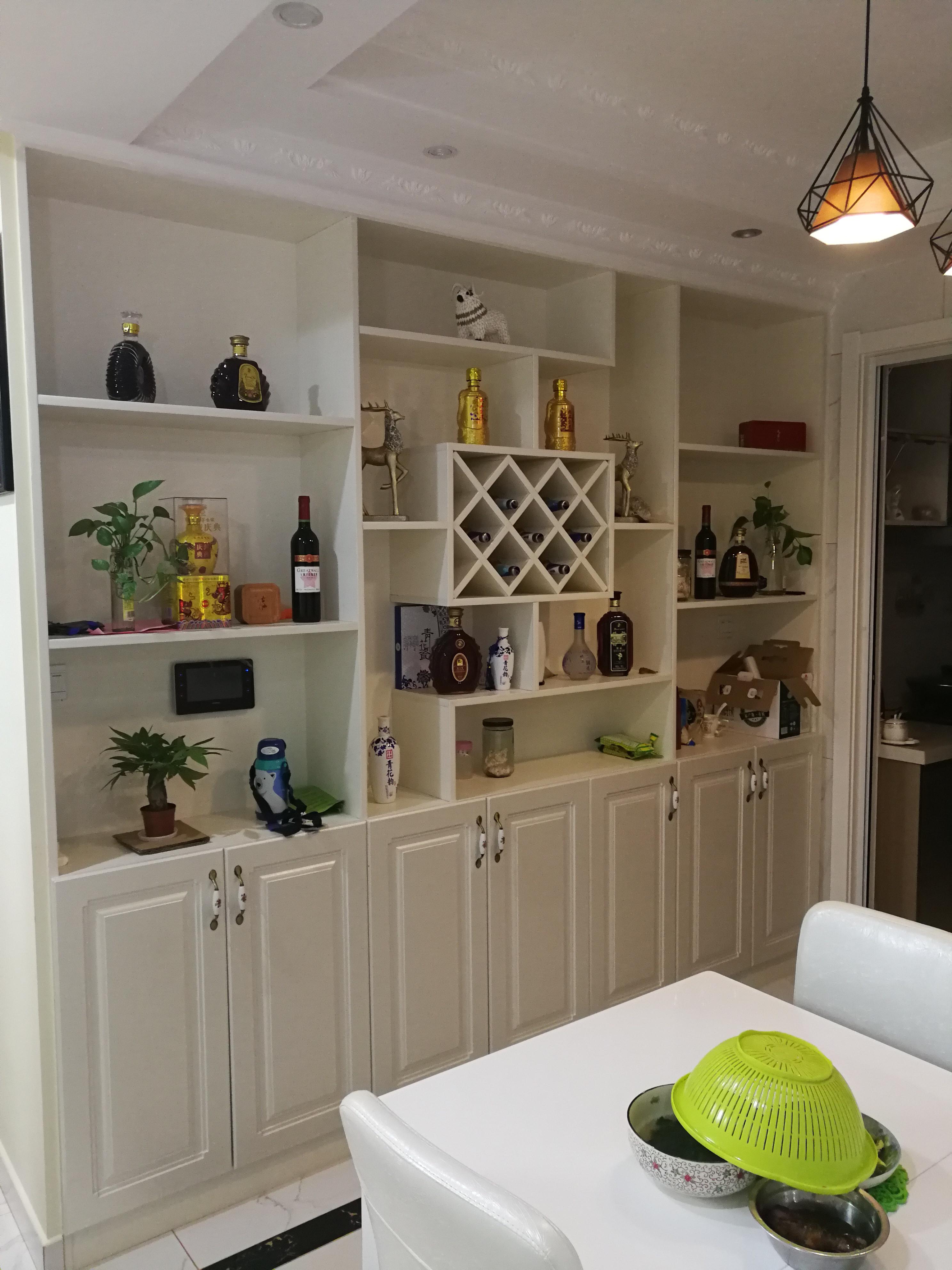 110平简约三居室装修酒柜图片