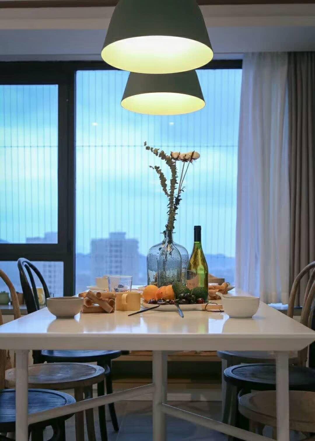 70平清新北欧家装修餐桌布置图