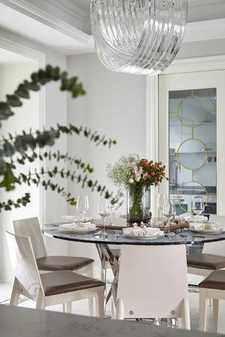 现代三居装修餐桌布置图