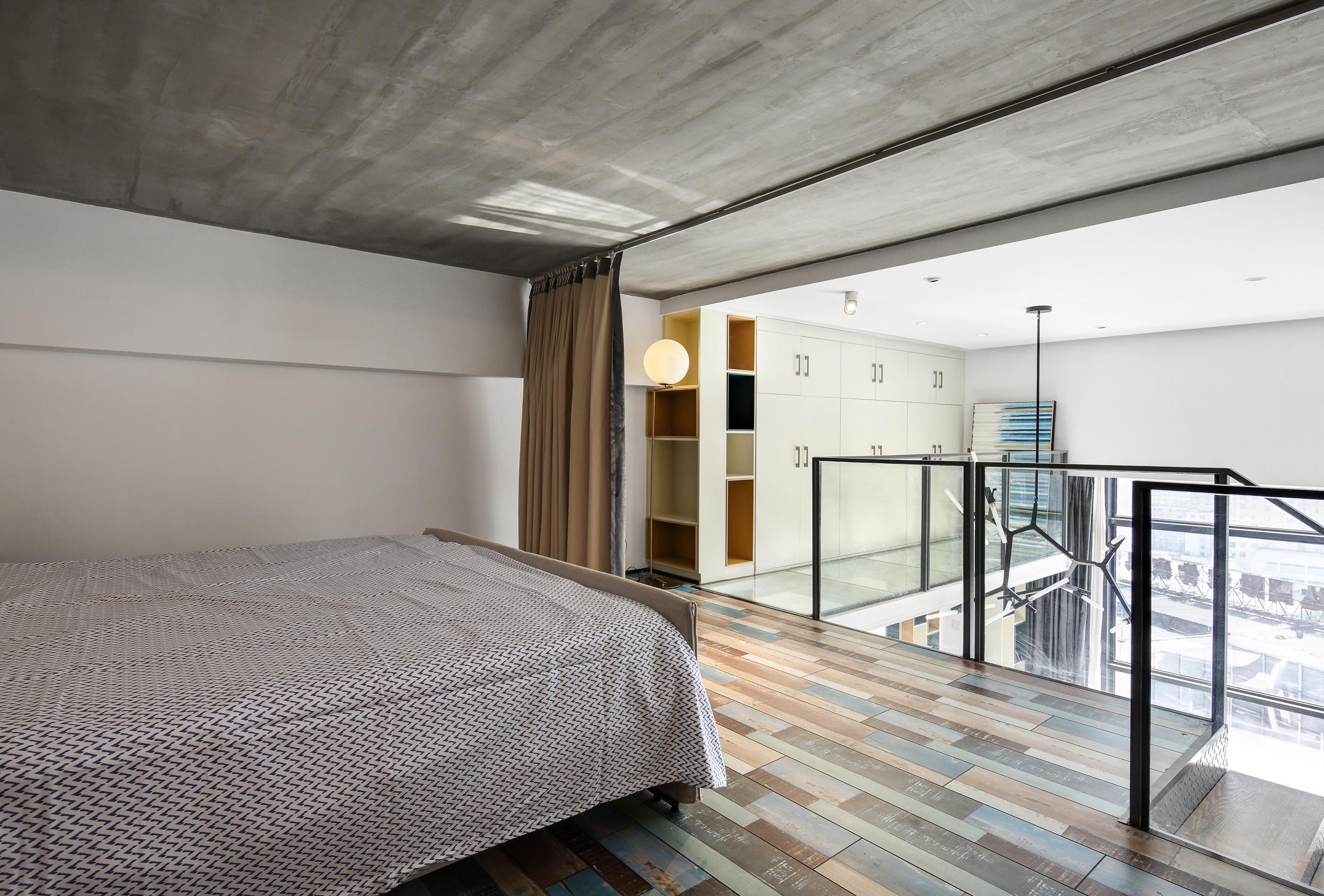 80平loft风格装修楼梯走廊