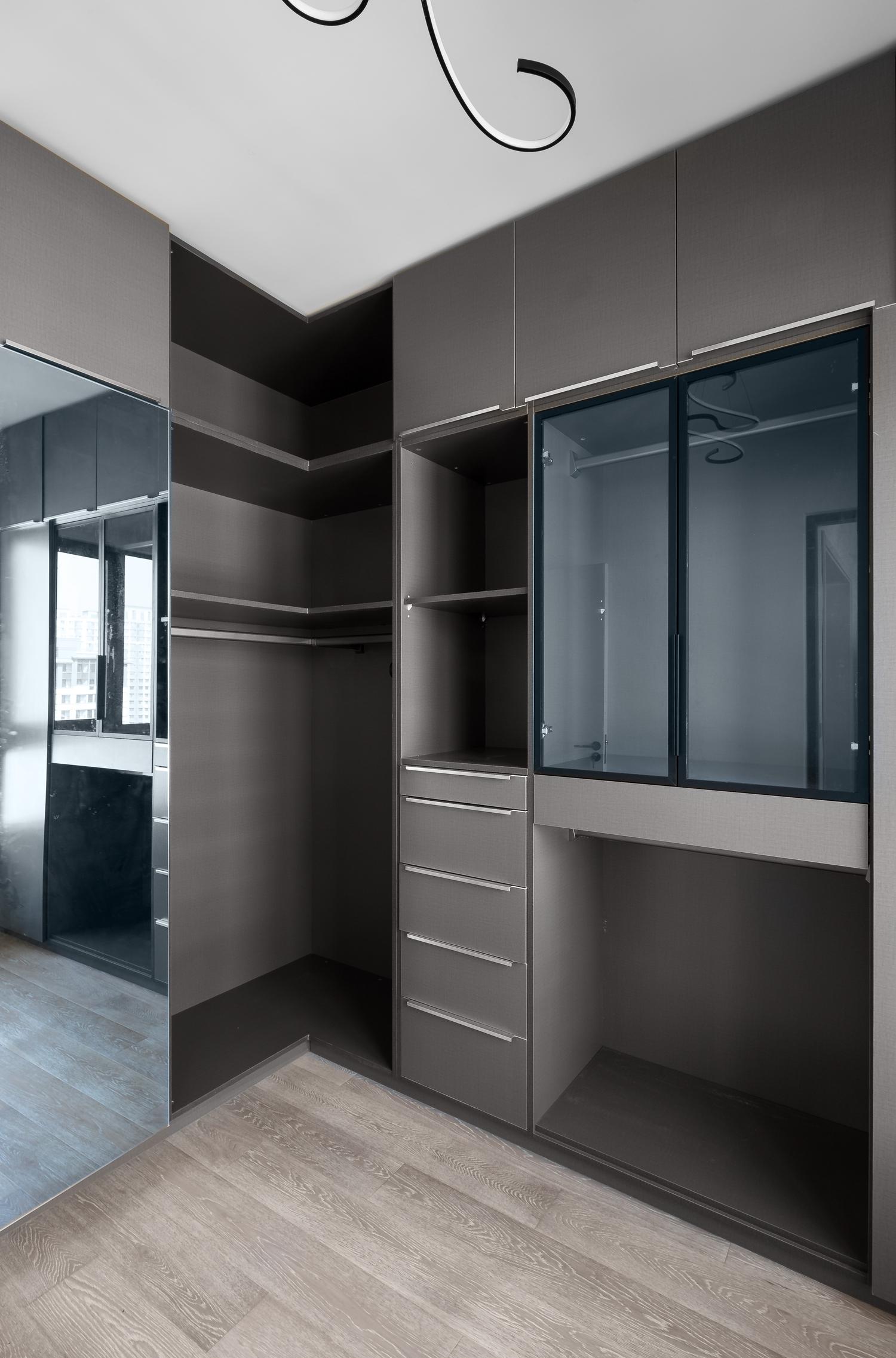 三居室现代风格空间衣帽间实景图