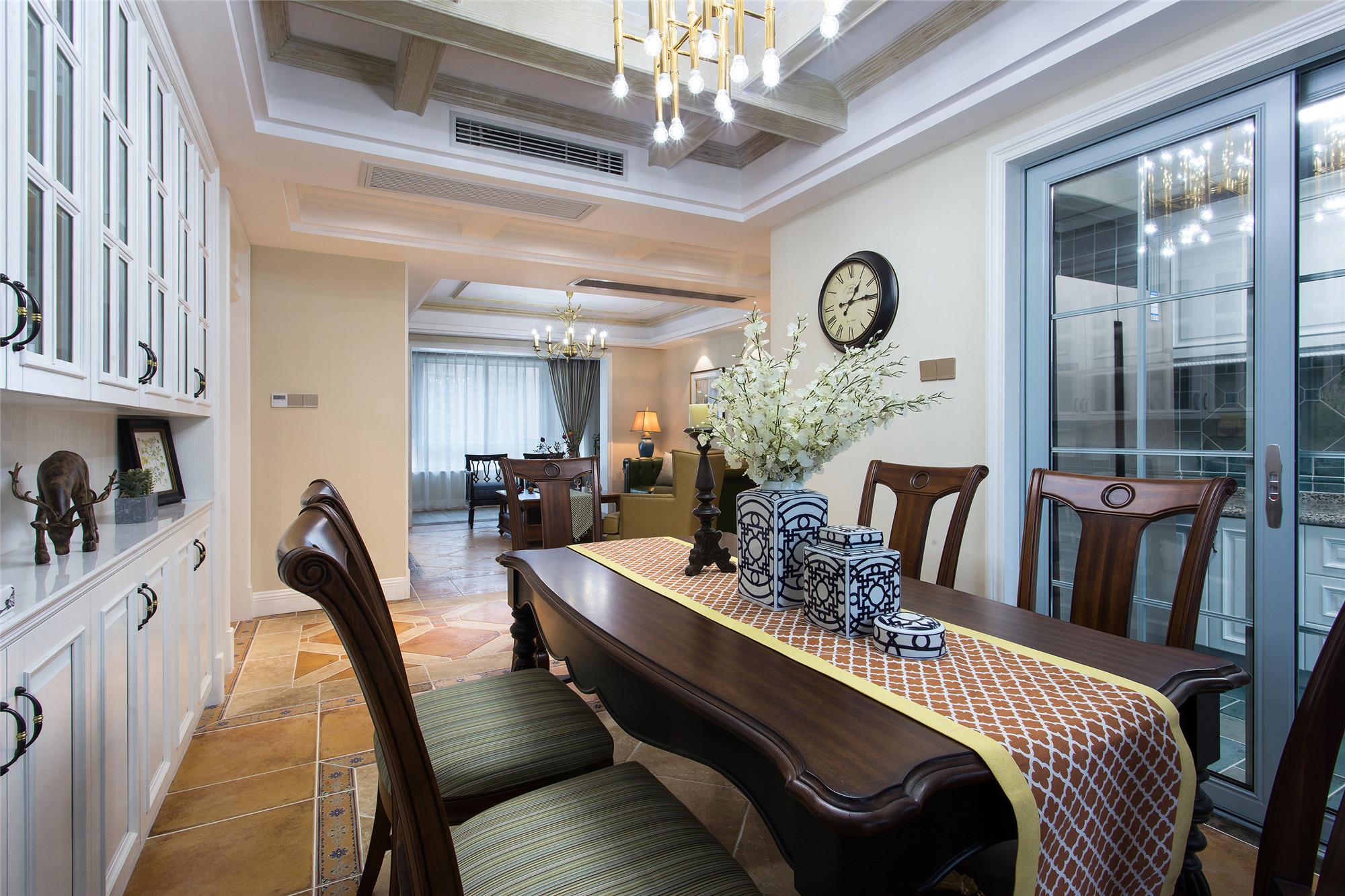 美式四居室装修餐桌椅图片