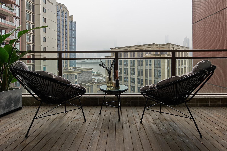 现代北欧三居装修阳台实景图