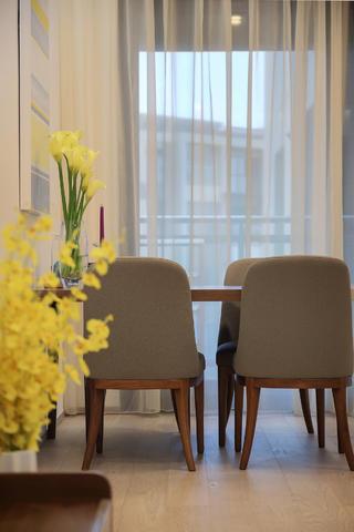 现代简约二居空间餐椅特写