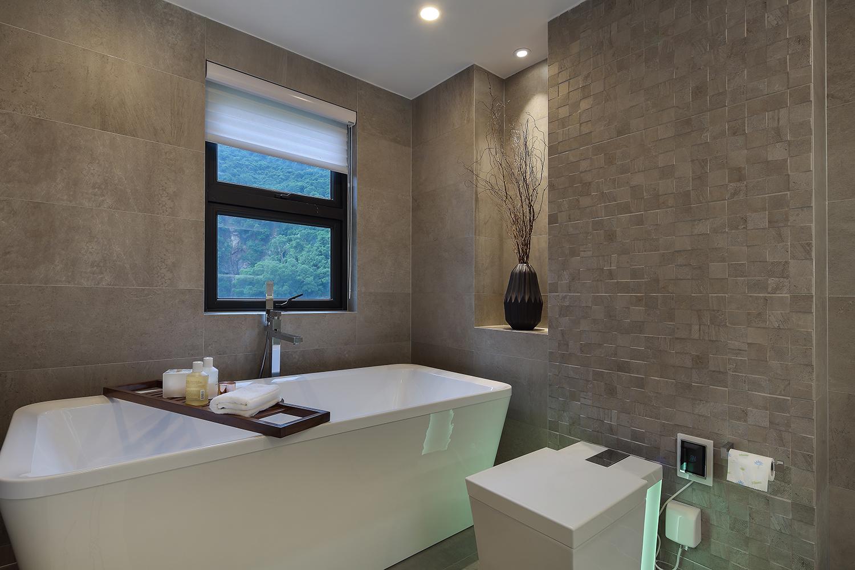 现代简约二居空间浴缸图片