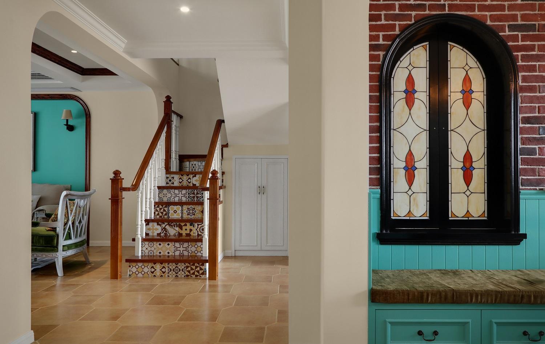 复式美式风格楼梯过道装修效果图