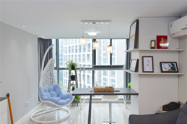 现代简约风格三居装修客厅阳台设计