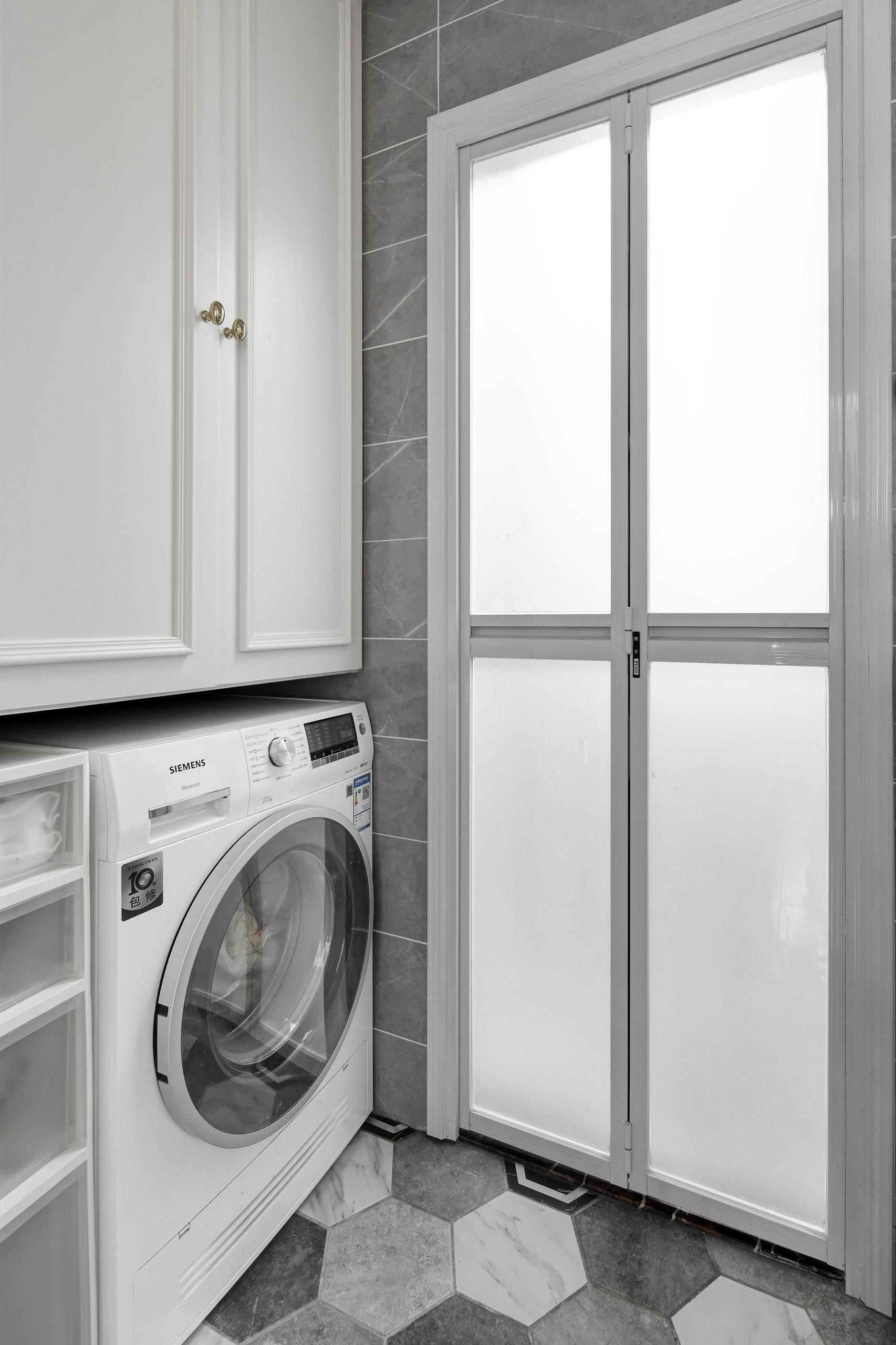 现代美式三居室装修浴室门设计