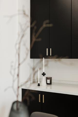 现代简约三居装修餐边柜设计