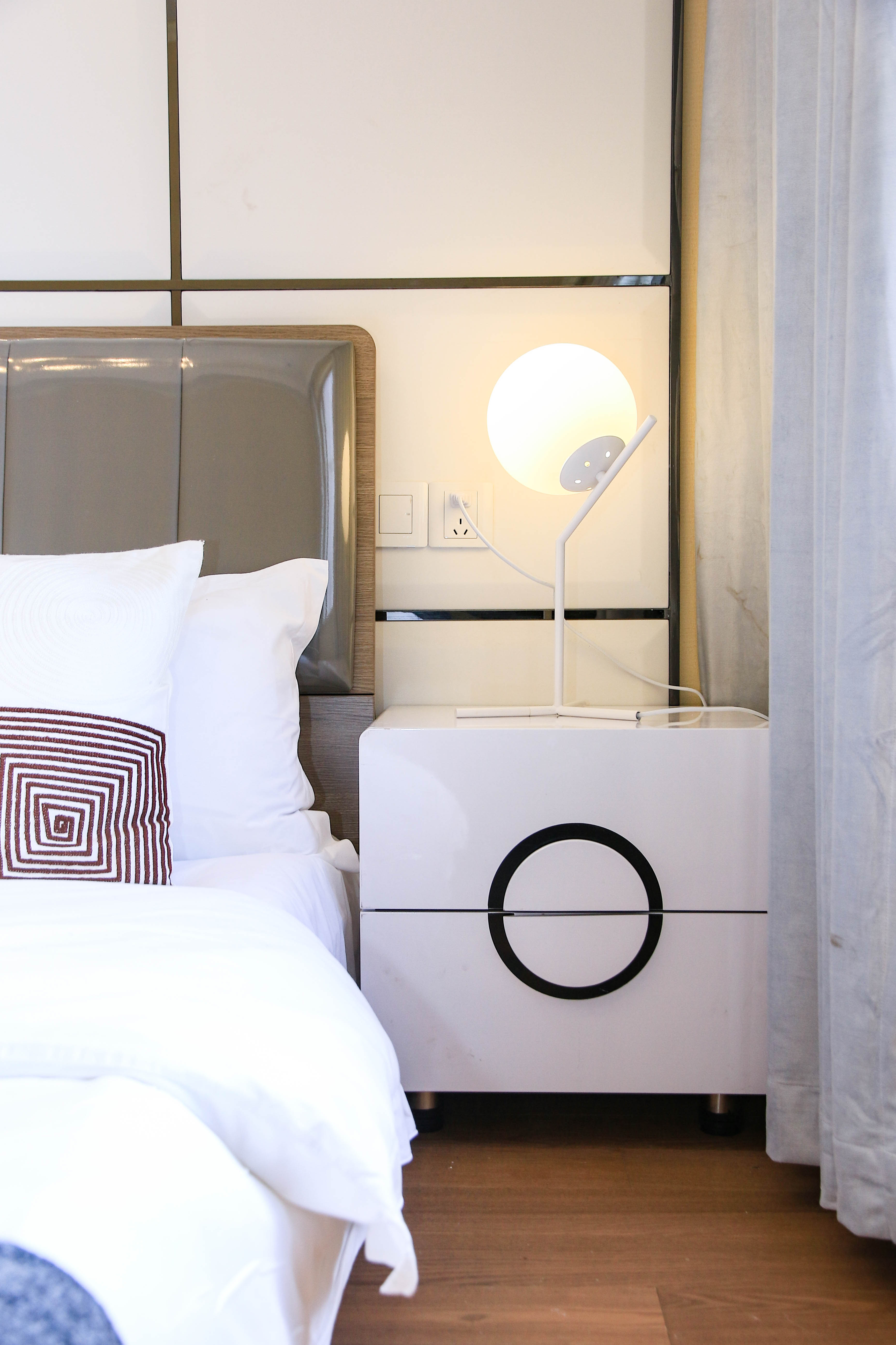 80平两居室装修床头柜设计