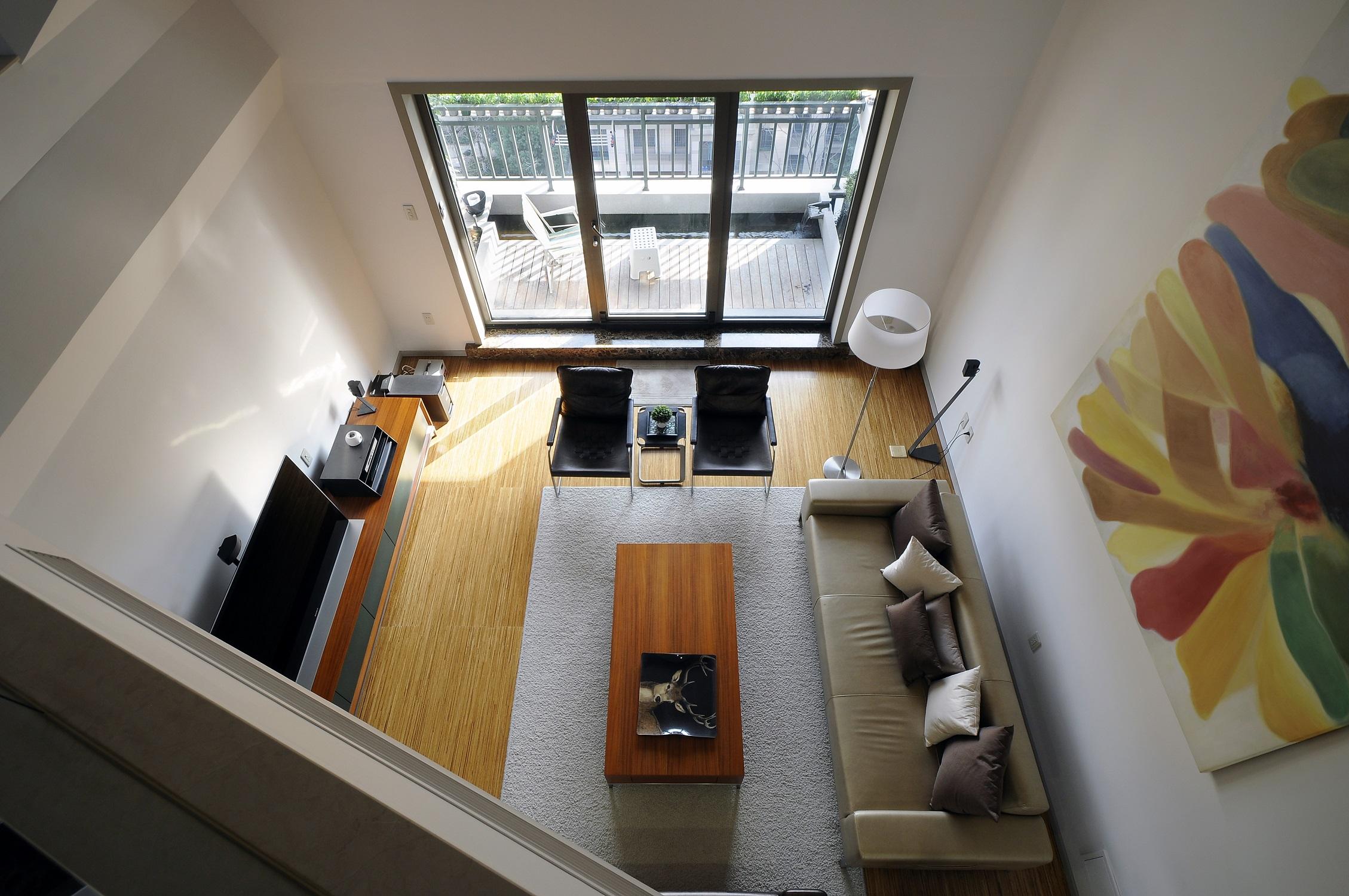 现代简约复式装修客厅俯视图