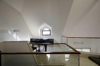 现代简约复式装修阁楼顶面设计