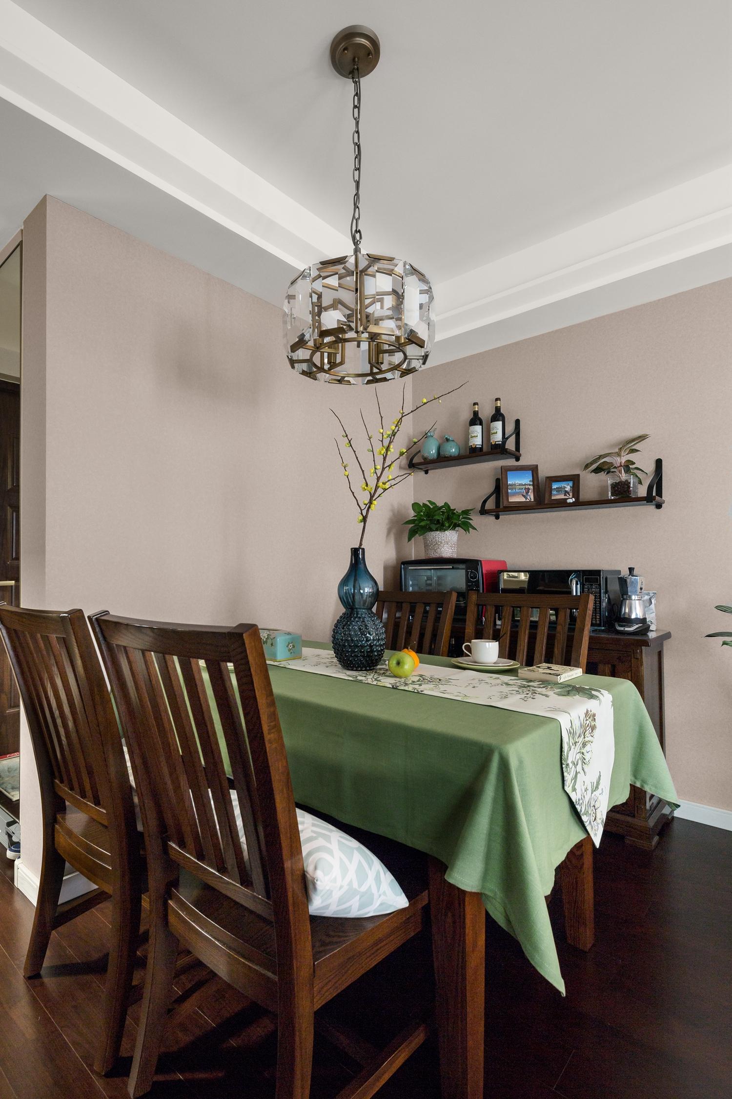 三居室简约美式装修餐厅布置图