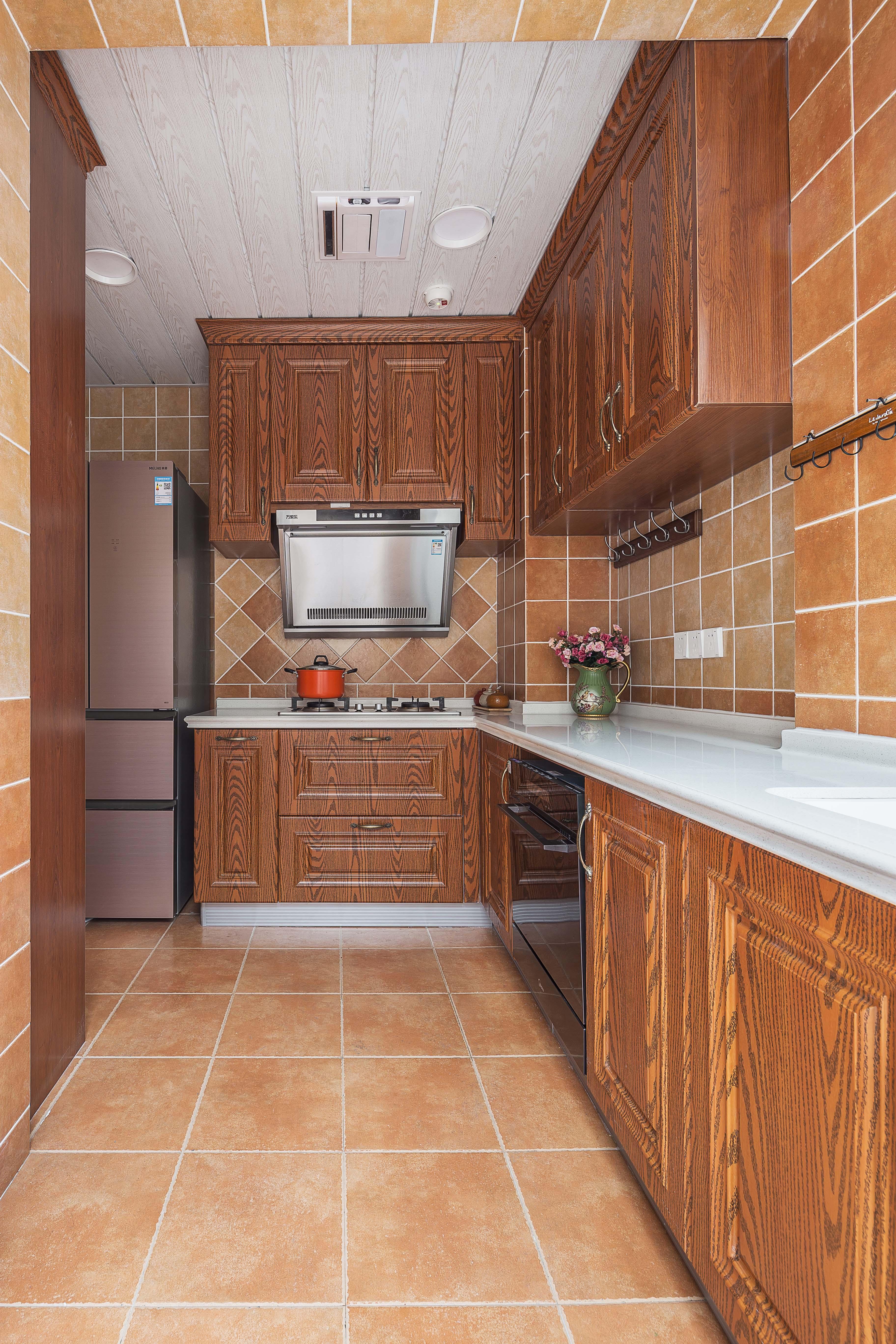 美式三居室装修厨房设计图