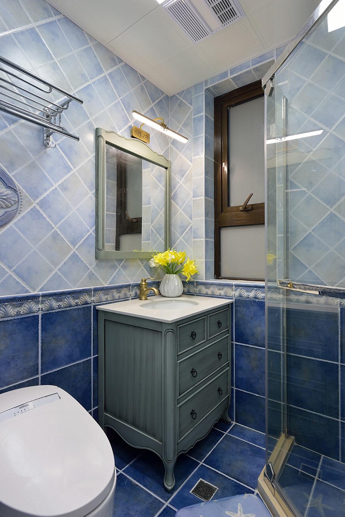 三居室美式设计卫生间装潢图