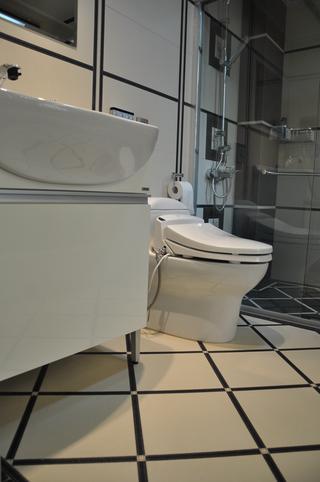 现代简约三居装修卫生间实景图