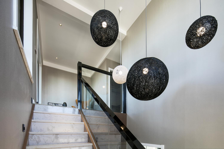 复式简约风格装修楼梯吊灯图片