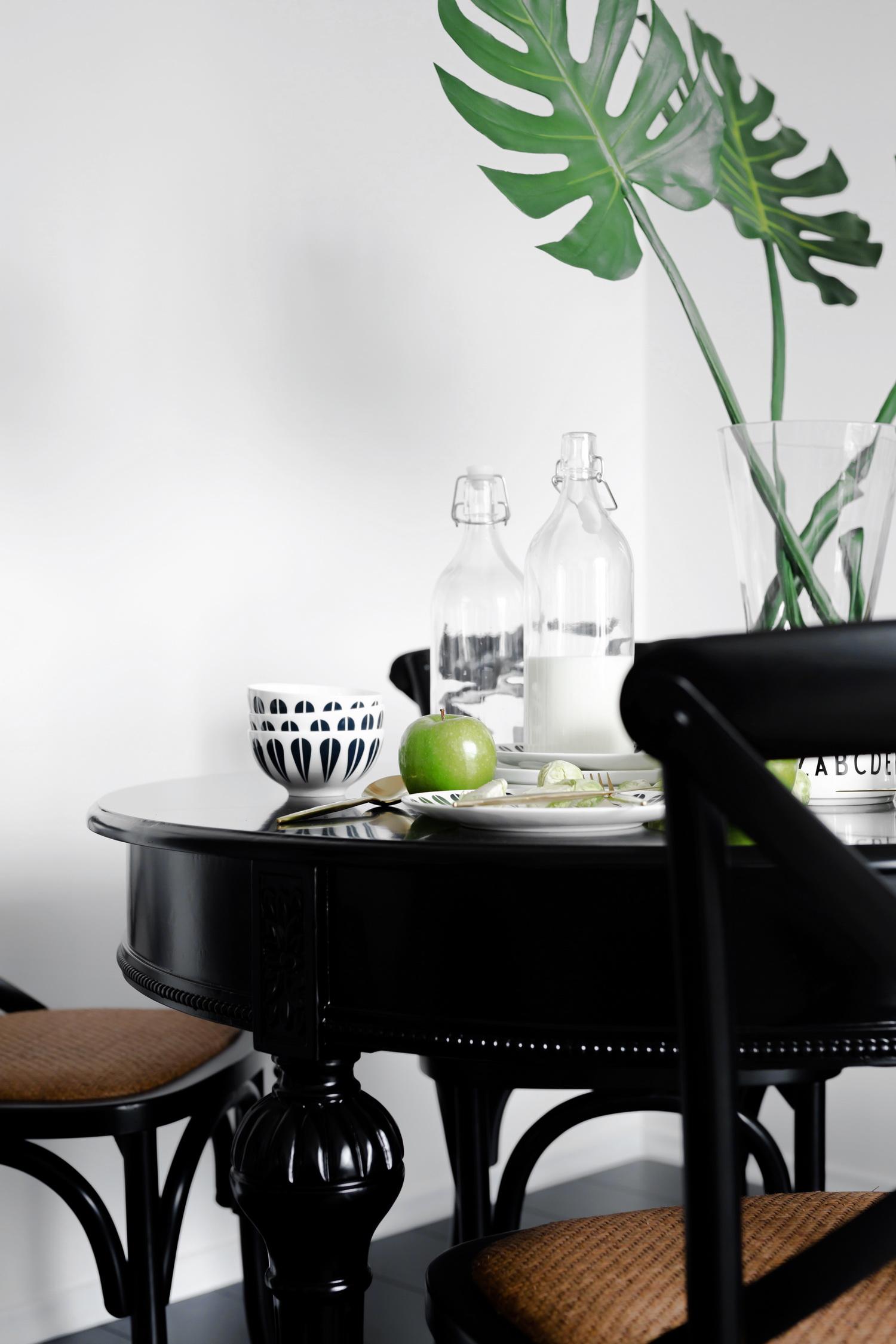 70平黑白调公寓装修餐桌图片