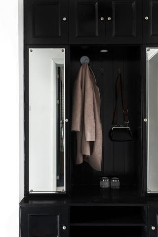 70平黑白调公寓装修门厅衣物柜