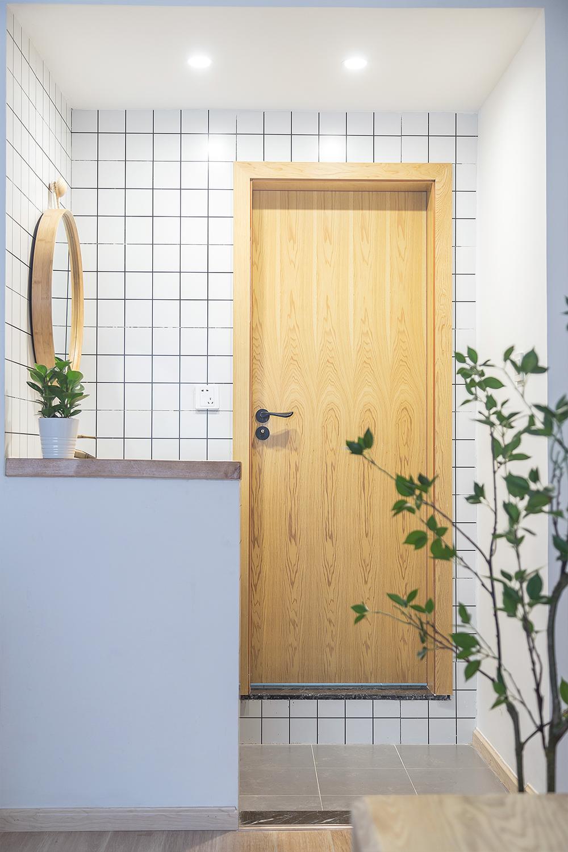 日式风三居装修卫生间木门设计