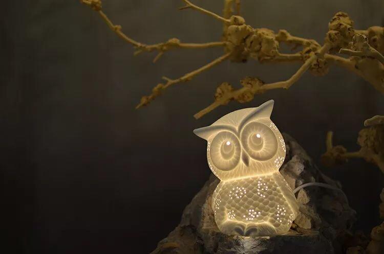 一盏盏镂空的灯饰,将绚丽灯光与手工雕刻结合,这些小猫头鹰...