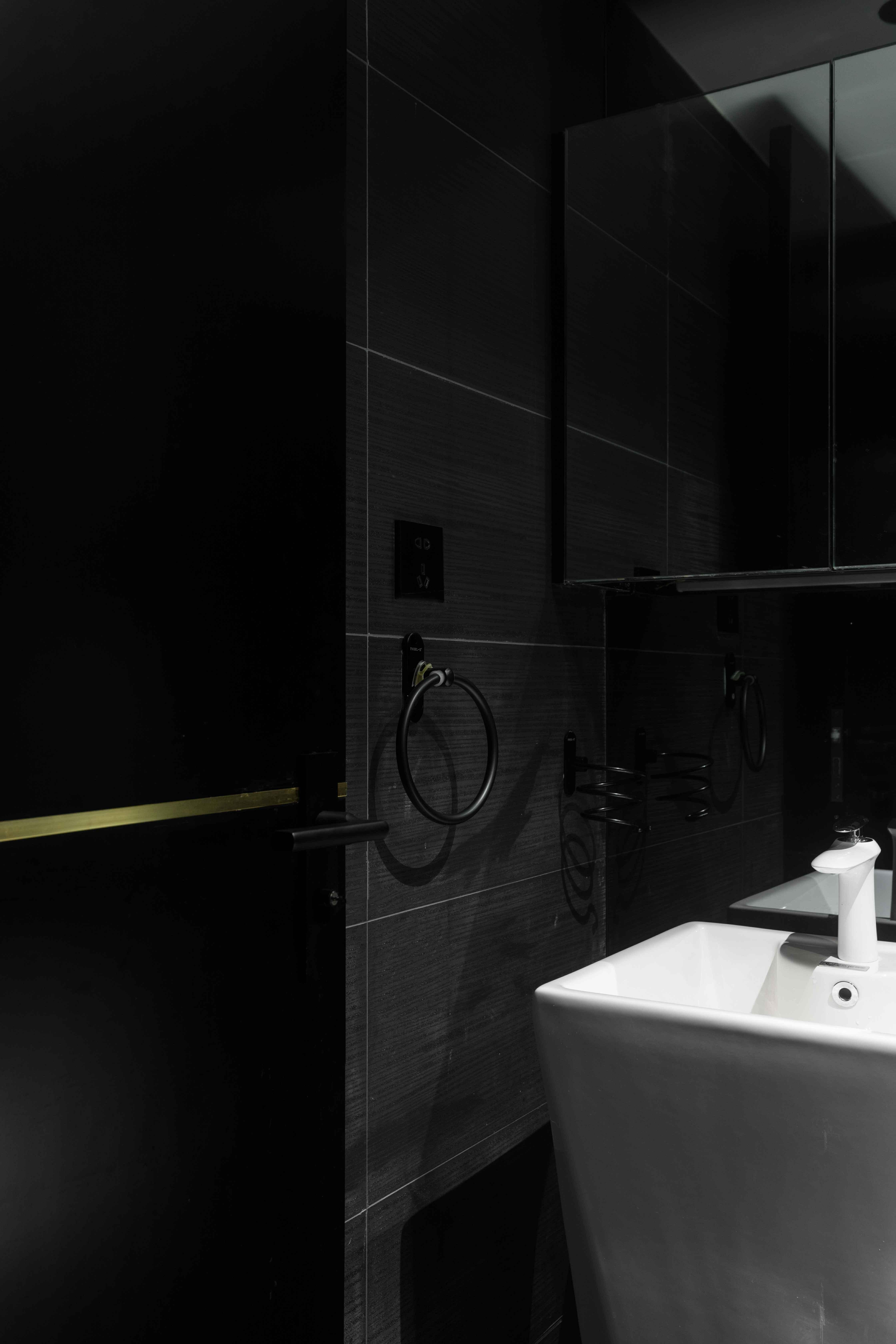 70㎡暗黑系现代风卫生间装修效果图