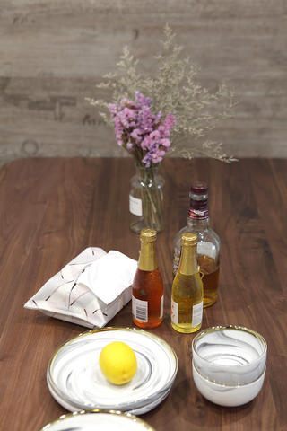 混搭风格两居装修餐桌摆件特写