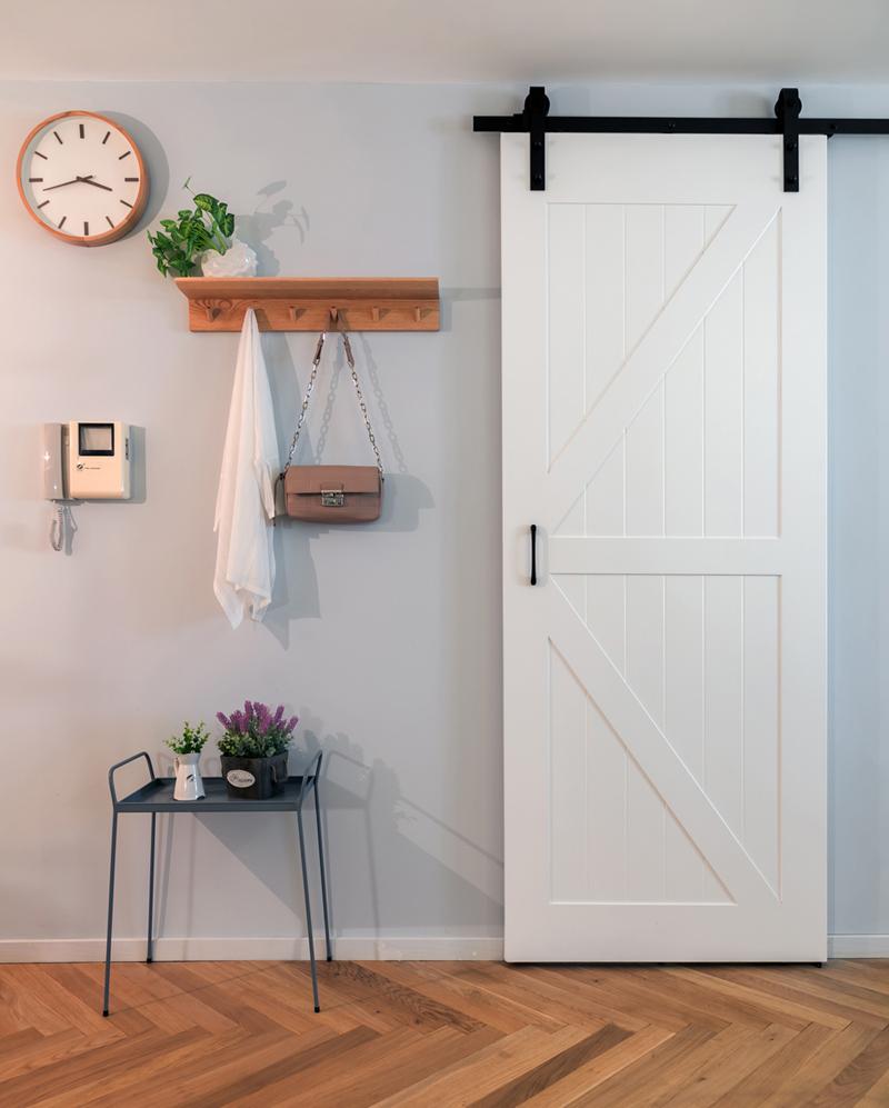 北欧风格二居室装修谷仓门设计