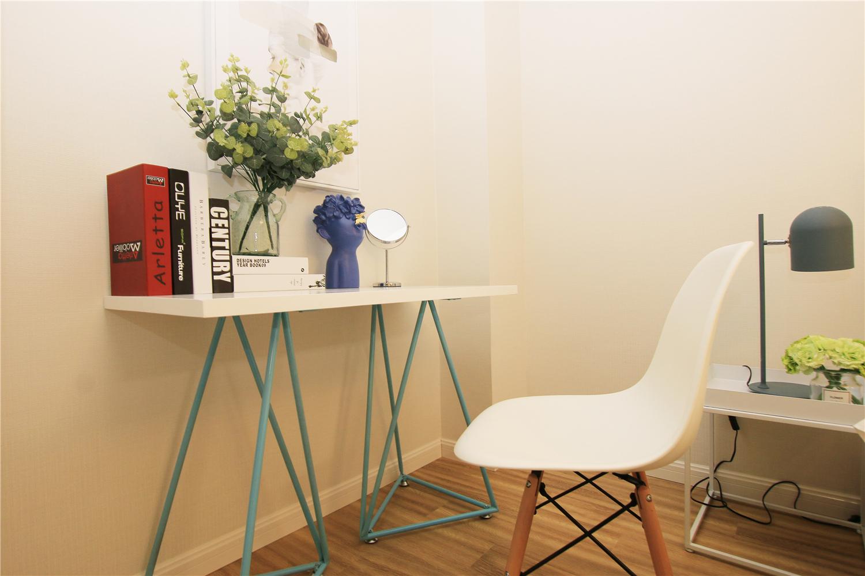 二居室公寓装修书桌设计