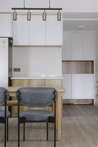 105平米三居室装修餐桌椅设计图