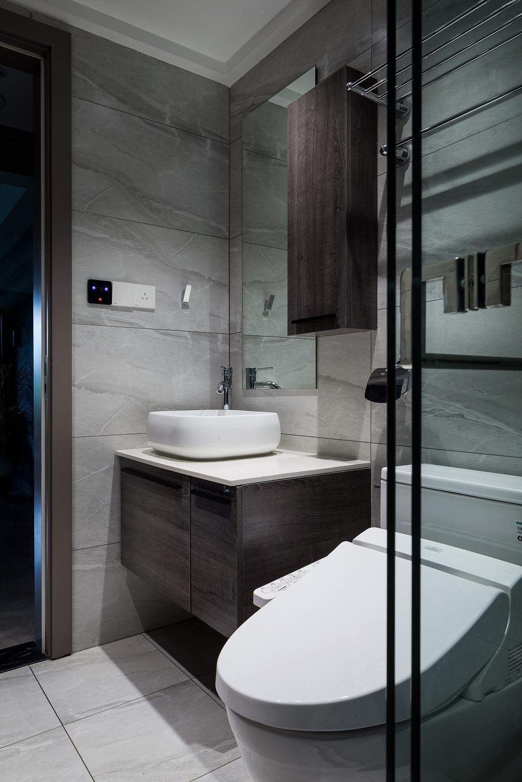 现代风格四居室卫生间装修效果图