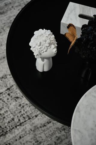 现代风格三居室装修茶几摆件特写