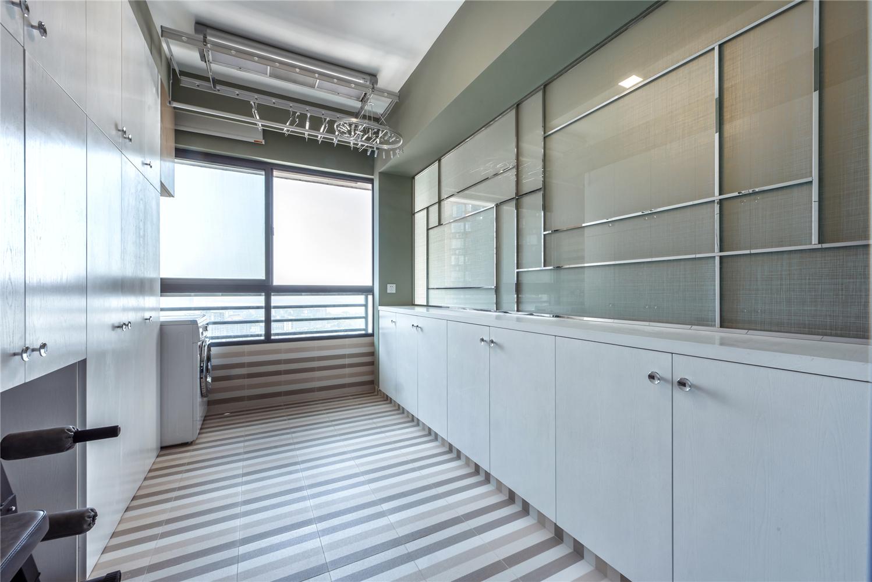 现代混搭三居室阳台装修效果图