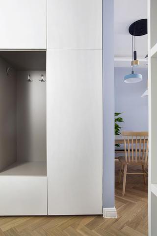 120平三居室装修玄关柜设计