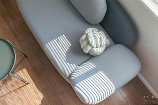 70平米三居室装修沙发特写