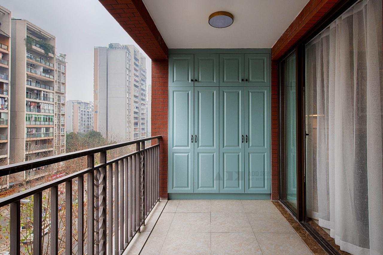 现代美式风三居阳台装修效果图