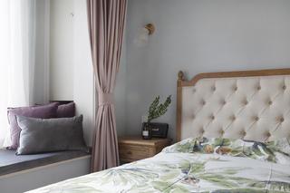 140平米三居室装修卧室床头一角