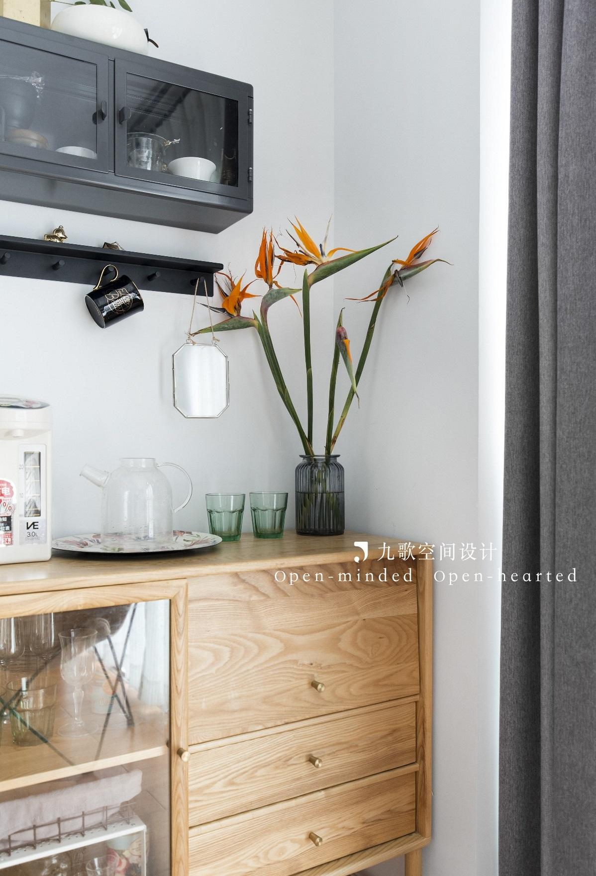 北欧风二居装修原木边柜设计