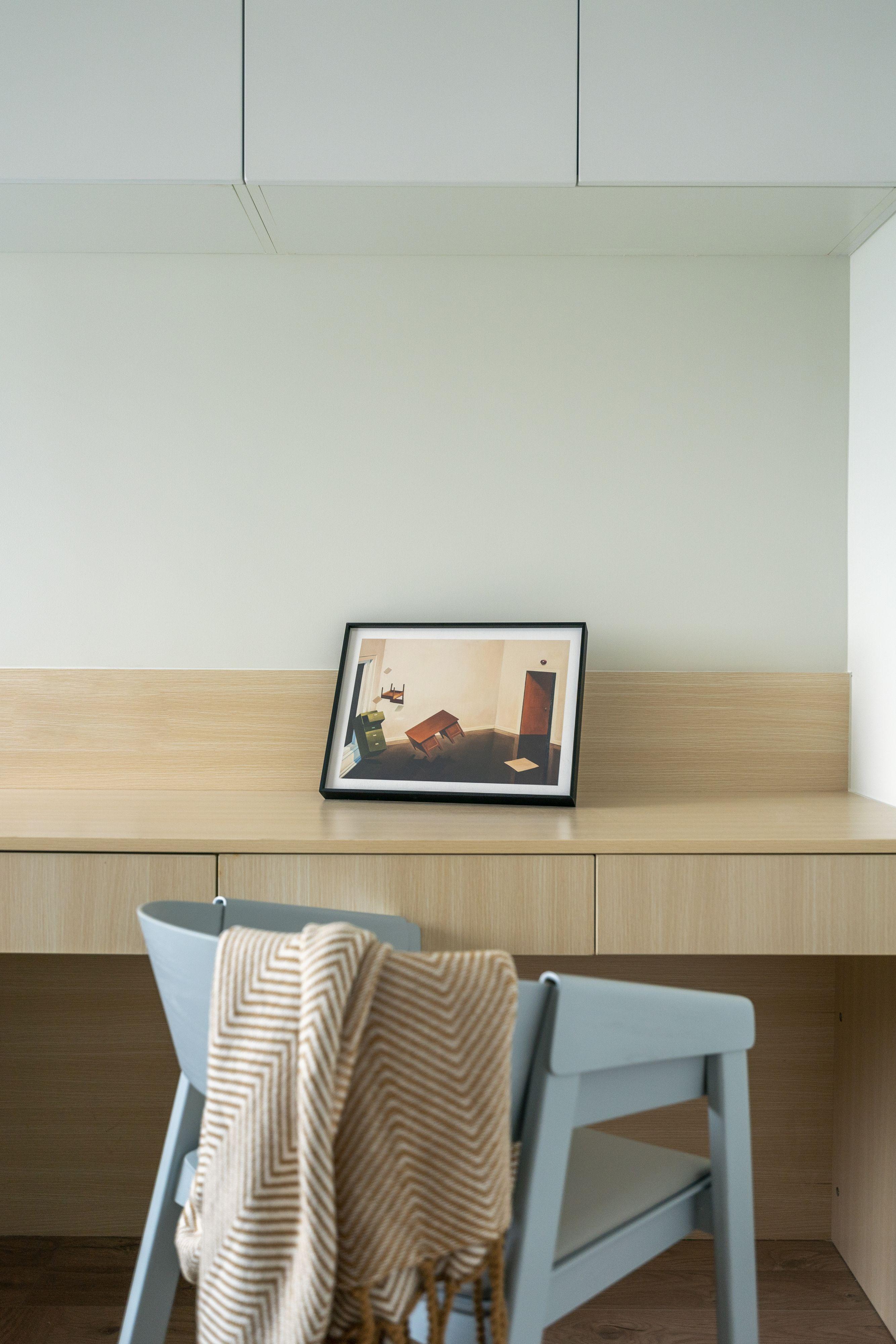 69平米二居室装修书桌椅设计